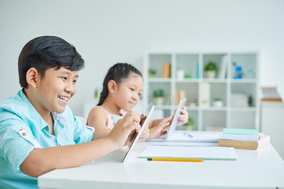 Bambini con tablet